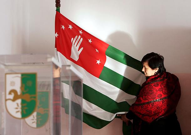 Preparativos en un colegio electoral de Sukhumi (Abjasia, Georgia) para las elecciones presidenciales (10/12/2009)