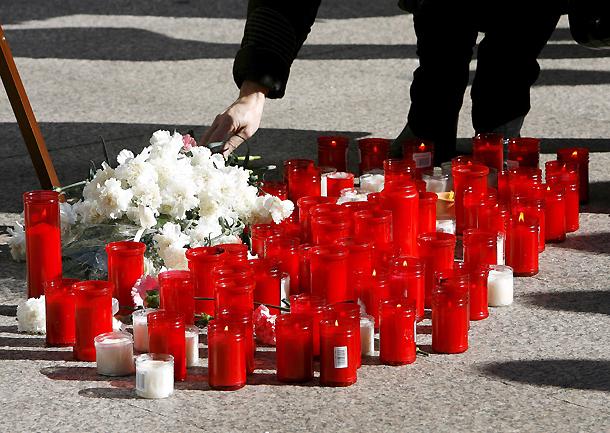 Velas y flores en la Plaza del Vínculo de Pamplona en relación con el asesinato de la joven Nagore Laffage, durante los  Sanfermines 2009