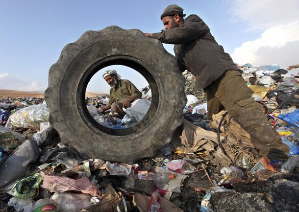 Palestinos buscan enseres en un vertedero en Hebrón (Cisjordania, 2011)