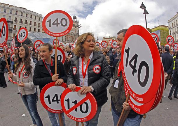 Miembros del 'Movimiento 140! contra la reducción del límite de velocidad a 110 km/hora, Madrid (España, 2011)