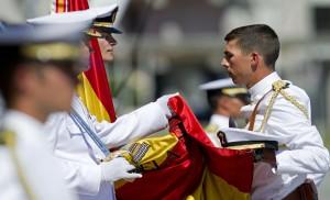 Un joven durante el acto de jura de bandera celebrado en la Escuela Naval Militar de Marín, Pontevedra (España).
