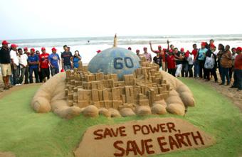 Escultura 'Salva la tierra y salva la energía' del artista indio Sudarshan Patnaik (2010)