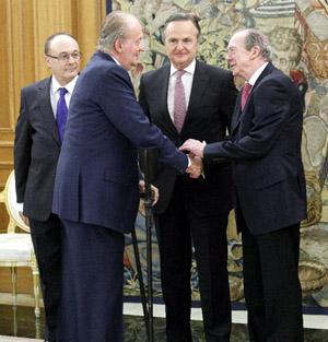 El Rey Juan Carlos saluda al director de la RAE, José Manuel Blecua. Foto: © Agencia Efe/Zipi.