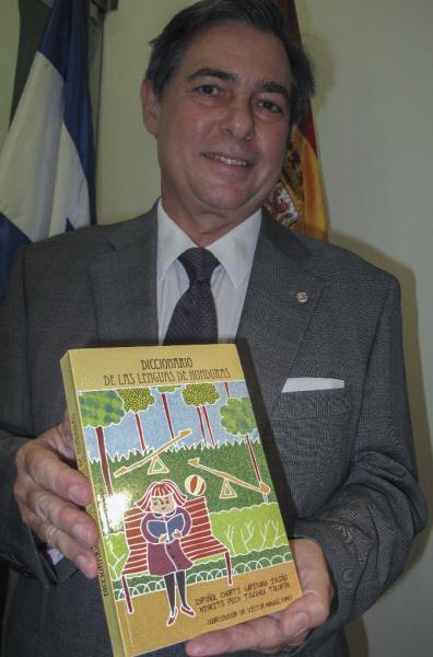 El embajador de España en Tegucigalpa, Luis Belzuz de los Ríos, muestra a la prensa el primer Diccionario de las Lenguas de Honduras.