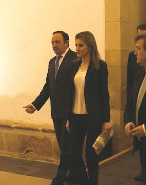 Doña Letizia caminando junto al presidente del Gobierno riojano, Pedro Sanz. Foto: ©Judith González