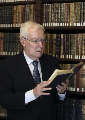 Víctor García de la Concha, en la biblioteca de la Real Academia Española. Foto: ©EFE/Paco Campos