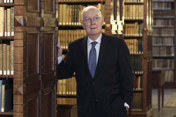 Víctor García de la Concha, en la biblioteca de la Real Academia Española. Foto: © EFE/Paco Campos