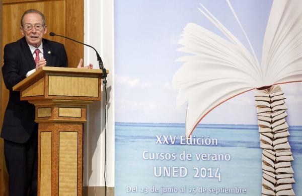 El director de la RAE, José Manuel Blecua, pronuncia su conferencia. Foto: ©Efe/Raúl Sanchidrián