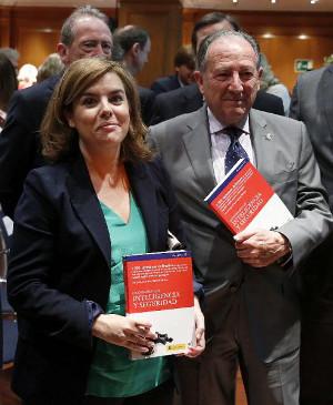 Soraya Sáenz de Santamaría junto a Félix Sanz Roldán, en la presentación del Diccionario. Foto: © EFE/Juan Carlos Hidalgo