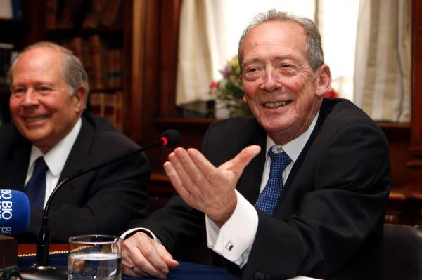 l director de la Real Academia Española (RAE), José Manuel Blecua (d), y el secretario de la Academia Chilena de la Lengua, José Luis Samaniego.Foto: ©EFE/Sebastián Silva