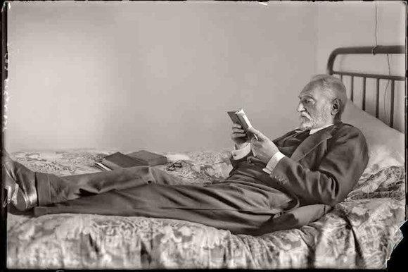 Cándido ANSEDE. Miguel de Unamuno leyendo en su casa de Salamanca, 1925.
