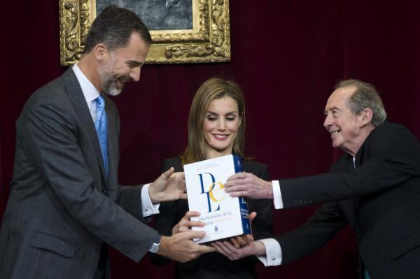 Los Reyes Felipe VI y Letizia reciben del director de la Real Academia Española (RAE), José Manuel Blecua (d), un ejemplar de la 23.ª edición del Diccionario de la lengua española.
