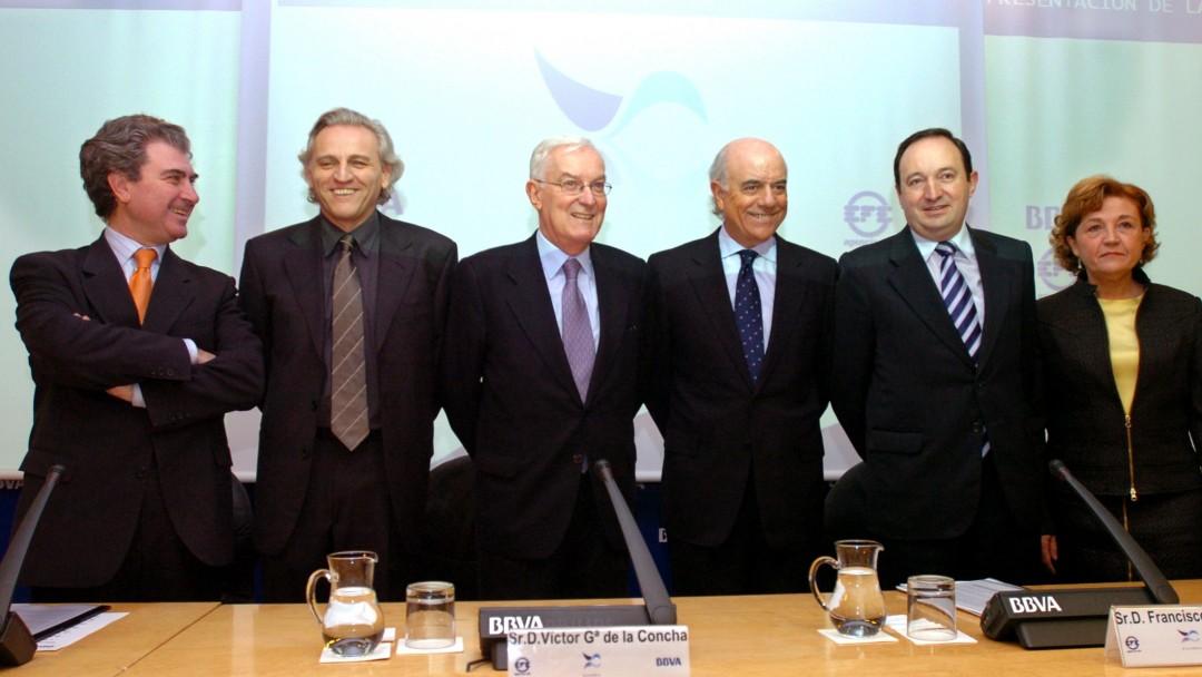 El 8 de febrero del 2005 el presidente de la Agencia EFE, Álex Grijelmo, el del BBVA, Francisco González, y el director de la Real Academia Española, Víctor García de la Concha, presentaron en sociedad la Fundación del Español Urgente. Acababa de nacer la Fundéu.