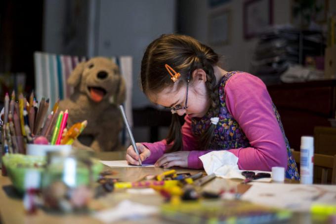 Szirka Voith, una niña húngara de nueve años con síndrome de Down, en su casa en Budapest (Hungría). / JANOS MARJAI (EFE)