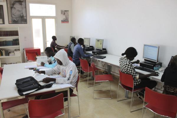 Alumnos en el Aula Cervantes de Dakar, el único centro de enseñanza oficial en castellano en el África Subsahariana. Foto: ©Agencia Efe