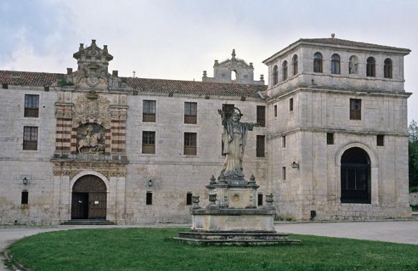 Fachada principal del monasterio cisterciense de San Pedro de Cardeña. ©Efe/Manuel P. Barriopedro