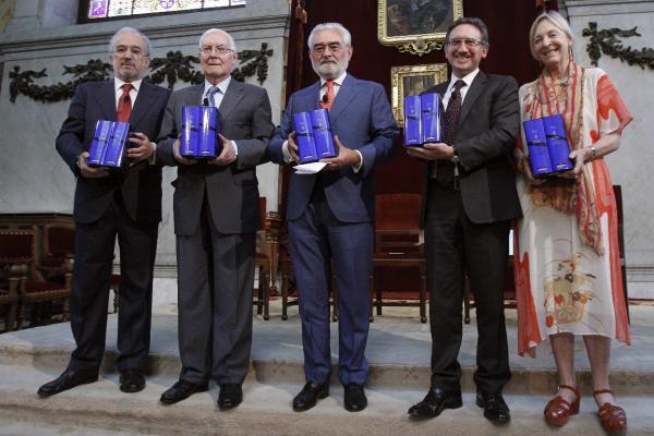 Santiago Muñoz Machado (i), Víctor García de la Concha (2i),  Darío Villanueva (c), Jaume Giró (2d) y Soledad Puértolas (d)  presentan la nueva edición del Quijote. ©Efe/Juan M. Espinosa