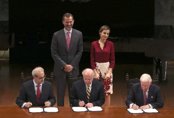 De izda. a dcha., Daniel Hernández, los reyes de España (detrás), José Narro Robles y Víctor de la Concha durante la firma.©Efe/Ballesteros