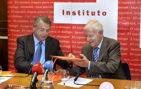 Víctor García de la Concha (drch.) y José Antonio Sánchez, tras la firma del convenio. ©Agencia Efe
