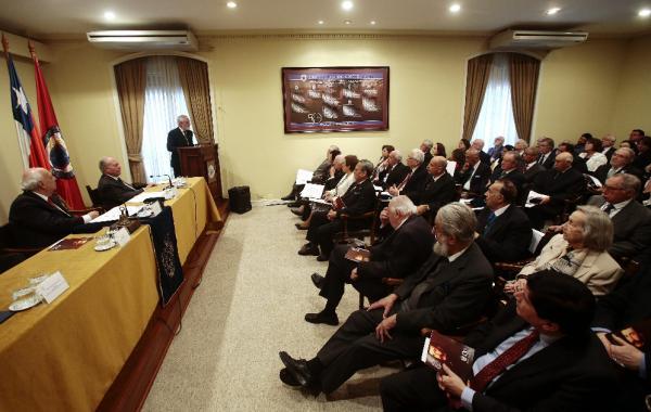 Darío Villanueva (c) pronuncia un discurso durante la ceremonia. Foto: ©Efe/Felipe Trueba