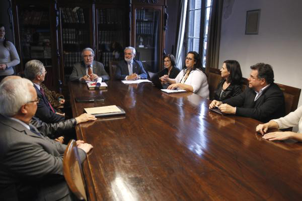 Darío Villanueva (c) participa en una sesión de la Academia Nacional de Letras de Uruguay. Foto: ©Efe/Juan Ignacio Mazzoni