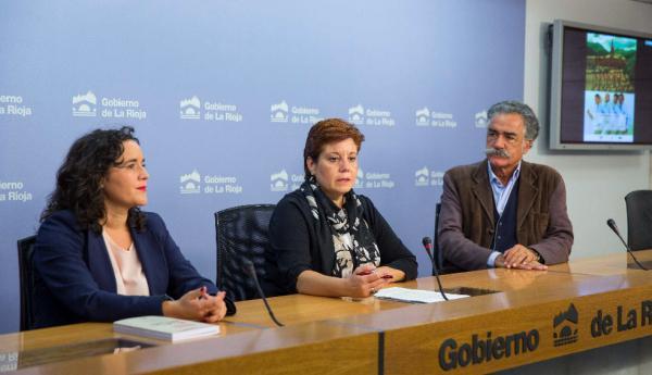 Almudena Martínez (c) acompañado por Alberto Gómez Font (d) e  Isabel Escuelas, durante la presentación del curso. Foto: ©Efe/Abel Alonso