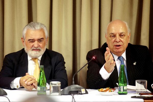 Darío Villanueva (iz.), junto a Alfredo Matus, durante la rueda de prensa. ©Efe/Sebastian Silva