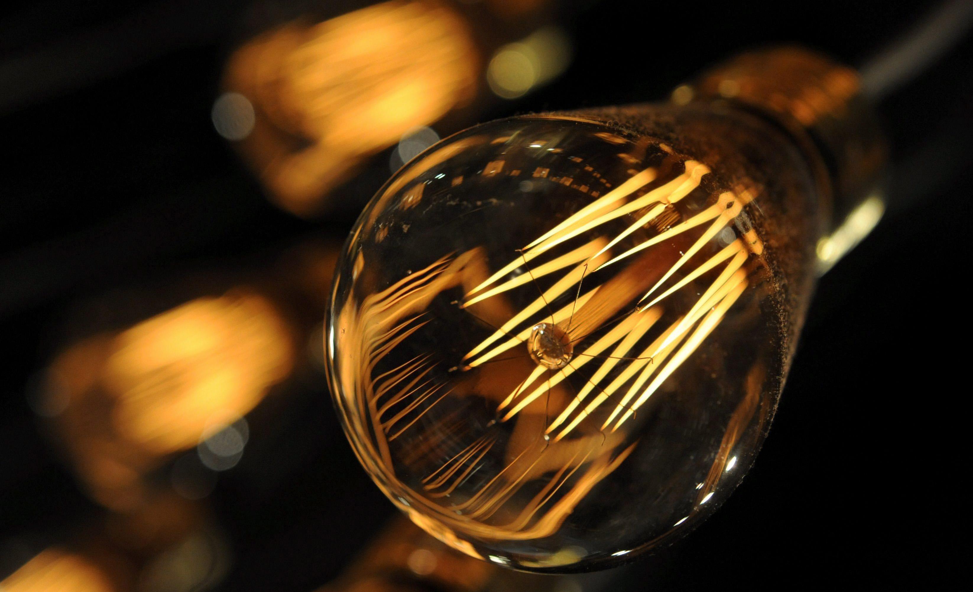 dpai HANOVER (ALEMANIA), 28/8/2009.-Imagen de una de las bombillas utilizadas como decoración en una tienda de ropa en Hanover, Alemania, ayer 27 de agosto de 2009. Las bombillas tradicionales de 100 vatios desaparecerán paulatinamente de las tiendas europeas a partir del 1 de septiembre. EFE/Jochum Luebke.