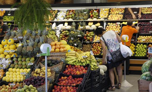 URUGUAY ALIMENTOS:MON103. MONTEVIDEO (URUGUAY), 28/01/2016.- Una mujer elige fruta hoy, jueves 28 de enero de 2016, en el Mercado Agrícola en Montevideo (Uruguay). Los cítricos, arándanos y manzanas de Uruguay estarán presentes por octavo año consecutivo en la Fruit Logística de Berlín, la mayor feria mundial de fruta fresca y verduras, en la que el país mostrará los beneficios de su producción agrointeligente y la calidad e inocuidad de sus productos. EFE/Juan Ignacio Mazzoni