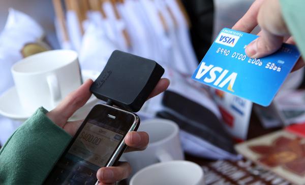 MÉXICO BANCA:MEX10. CIUDAD DE MÉXICO (MÉXICO), 18/06/2013.- Una persona hace una transacción hoy, martes 18 de junio de 2013, a través de un dispositivo de la compañía sueca iZettl durante una rueda de prensa en Ciudad de México (México). Santander México lanzó en este país su servicio de cobro a través de un pequeño lector de tarjetas con chip y banda magnética que es conectado a móviles y tabletas, un sistema que busca ayudar a los pequeños negocios y a emprendedores. EFE/Alex Cruz
