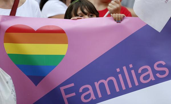 ESPAÑA ADOPCIONES RUSIA:GRA525. MADRID, 04/09/14.- Colectivos de lesbianas, gais, transexuales y bisexuales de Madrid se han concentrado esta tarde en Madrid,frente al Ministerio de Asuntos Exteriores, para protestar por el convenio de adopciones entre España y la Federación Rusa, que excluye a las personas de estos grupos. EFE/JuanJo Martín
