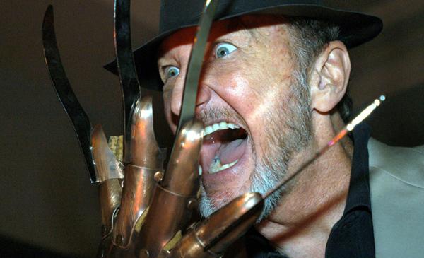"""MÉXICO - ESPECTÁCULO """"TERROR ADVENTURE"""":MEX08 - CIUDAD DE MÉXICO (MÉXICO), 25/10/06.- El actor Robert Englund, que interpretó al legendario Freddy Krueger en la película """"Pesadilla en la Calle del Infierno"""", muestra una de las piezas que caracterizaban a su personaje durante la conferencia de prensa que ofreció hoy, miércoles 25 de octubre, en Ciudad de México, para anunciar su participación en """"Terror Adventure"""", un evento que reunirá a los principales personajes de las películas de terror y que los amantes de este género podrán admirar en esta feria. EFE/Mario Guzmán"""