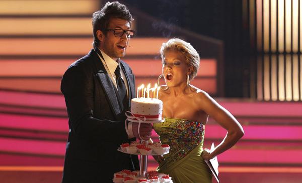 ALEMANIA- GENTE:DUS820 COLONIA (ALEMANIA) 14/4/2011.- Foto disponible desde hoy, jueves 14 de abril de 2011, que muestra a la modelo Sylvie van der Vaart (d), esposa del futbolista holandés del Tottenham, Rafael Van der Vaart, soplando las velas en una tarta de cumpleaños que sostiene el animador de la televisión alemana, Daniel Hartwich (i), durante el programa de la televisión 'Let's Dance' ('Bailemos') en Colonia, Alemania, el 13 de abril de 2011. EFE/ROLF VENNENBERND