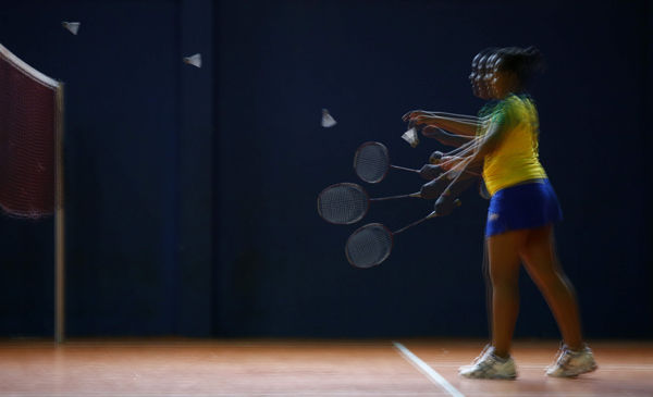 BRASIL OLIMPISMO RIO 2016:Acompaña crónica OLIMPISMO RÍO 2016 - BRA06 RÍO DE JANEIRO (BRASIL), 18/05/2016.- Fotografía con múltiple exposición de una niña que juega badminton en la escuela fundada por Sebastião Dias de Oliveira, padre de Ygor Coelho de Oliveira, este, 18 de mayo de 2016, en el Morro da Chacrinha en Rio de Janeiro (Brasil). Al brasileño Ygor Coelho de Oliveira no le faltan motivos para sonreír, es el primer jugador de bádminton de este país en clasificarse para unos Juegos Olímpicos por méritos propios, algo que adquiere la magnitud de una proeza al tener en cuenta que aprendió este deporte casi desconocido en Brasil en una favela. EFE / Marcelo Sayão[Acompaña crónica OLIMPISMO RÍO 2016 ]
