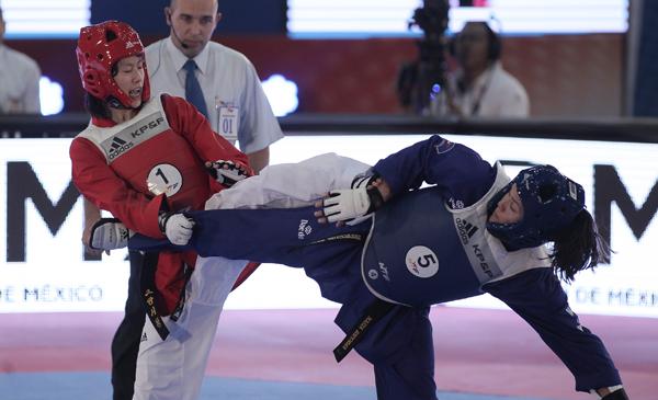 MÉXICO TAEKWONDO:MEX23. CIUDAD DE MÉXICO (MÉXICO), 09/12/2015.- La mexicana Rosario Espinosa (d) combate con la surcoreana Ah-Reum Lee (i) hoy, miércoles 9 de diciembre de 2015, durante las semifinales de la Copa del Mundo de Taekwondo por equipos, en Ciudad de México (México). EFE/Alex Cruz