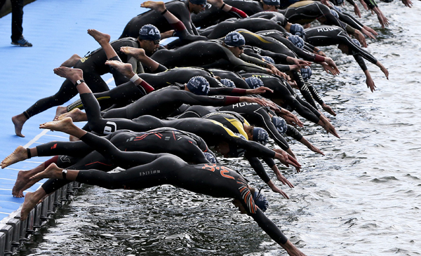 PORTUGAL TRIATHLON:. Lisbon (Portugal), 28/05/2016.- Athletes jump into the river waters during the Lisbon ETU Triathlon European Championships, in Lisbon, Portugal, 28 May 2016. (Lisboa) EFE/EPA/JOAO RELVAS