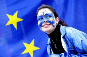Una activista federalista junto a una bandera europea frente a la sede del Consejo Europeo en Bruselas, Bélgica (2007)