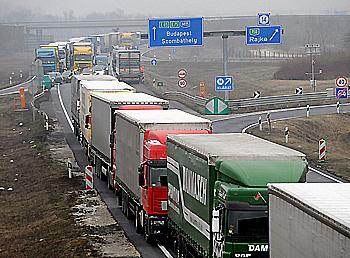 Camiones hacen cola en el punto fronterizo entre Hungría y Eslovaquia, en Rajka, Budapest (Hungría, 2010)
