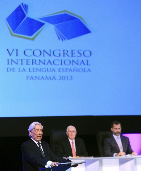 Mario Vargas Llosa (iz), junto a Víctor García de la Concha (c), y el príncipe Felipe.  Foto: ©Efe/Alejandro Bolívar