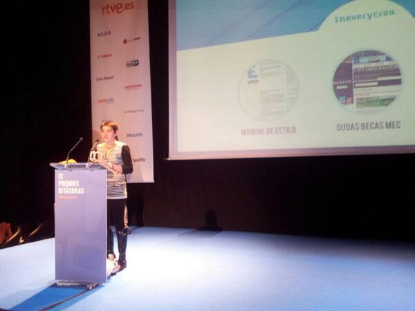 Judith González Ferrán recoge el premio Bitácoras 2013 otorgado al Manual de estilo de Fundéu BBVA.