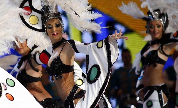 Componentes de la comparsa Bahía Bahitiari durante el concurso de comparsas del Carnaval de Tenerife 2013. Foto: ©Archivo Efe/Ramón de la Rocha