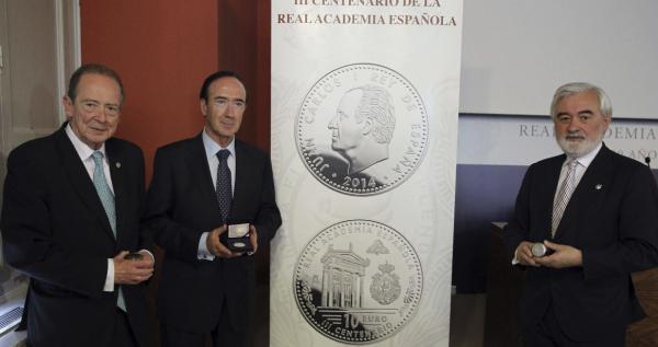 José Manuel Blecua (iz),  Jaime Sánchez Revenga (c) y  Darío Villanueva presentan la moneda conmemorativa. Foto: © Efe/Fernando Alvarado