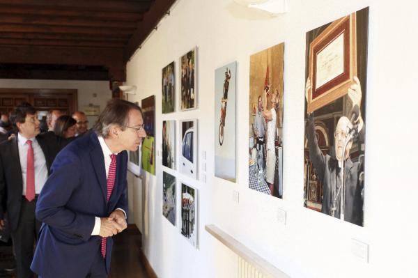 José Antonio Vera, observa una de las fotos de la exposición. Foto: © EFE/R. GARCIA