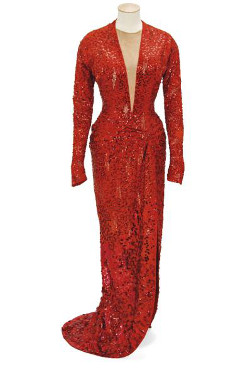 Fotografía  facilitada por la casa de subastas Christie's en Londres del vestido de noche rojo confeccionado para la actriz Marilyn Monroe en la película «Los caballeros las prefieren rubias».