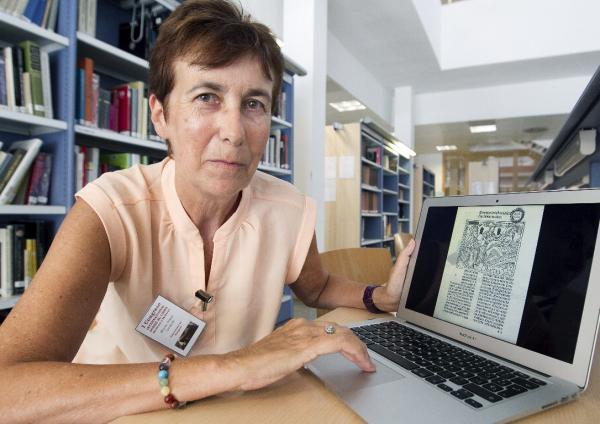 María Jesús Lacarra muestra en su ordenador una imagen del incunable. Foto: © EFE/Javier Cebollada