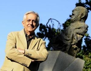Antonio Rodríguez Almodóvar posa junto al busto de Antonio Mairena en Sevilla.