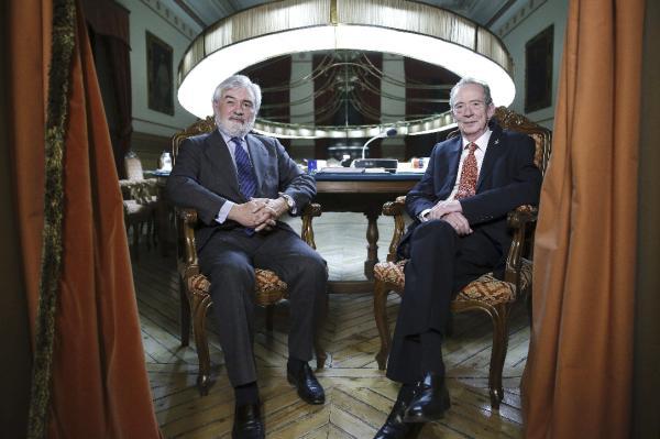 El nuevo director de la Real Academia Española (RAE), Darío Villanueva (i), posa  junto a su antecesor en el cargo, José Manuel Blecua (d). Foto: ©EFE/Kiko Huesca