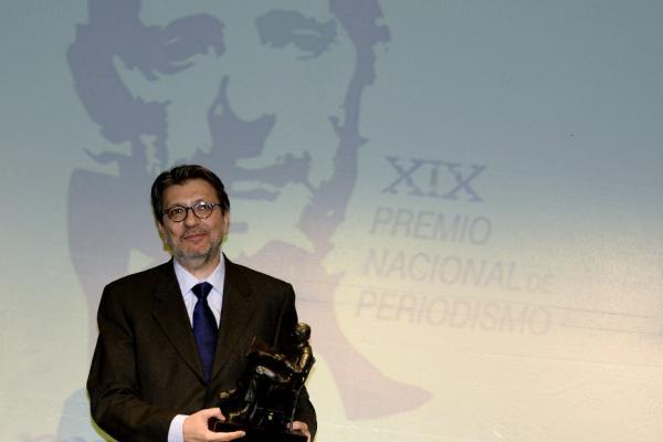 El filólogo y periodista Ignacio Camacho con el premio. © EFE/NACHO GALLEGO
