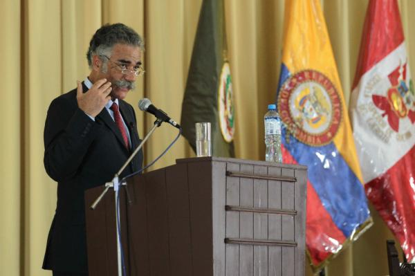 El filólogo español Alberto Gómez Font, durante la conferencia. © EFE/Paolo Aguilar