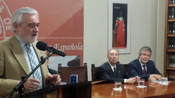 Darío Villanueva (izq.) habla junto Humberto López Morales (c) y José Luis Vega (dcha.) durante la presentación. ©Efe/Mar Gonzalo